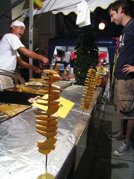 老外對螺旋形的馬鈴薯嘖嘖稱奇,老闆用日英夾雜熱情介紹產品