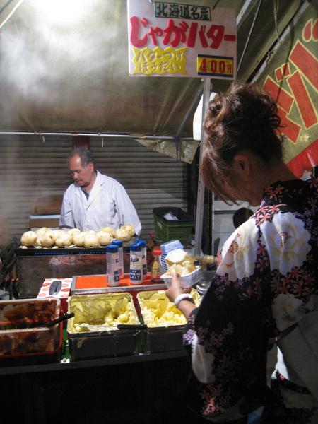 奶油馬鈴薯也是日式祭典常見的小吃,吃一個大概就飽了吧