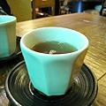 點完餐後,服務生立刻送上熱麥茶和熱毛巾