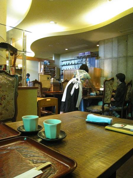 歐式復古座椅,配上日式餐具,有趣的混搭風