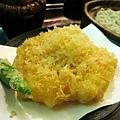 炸蝦天婦羅的蝦子新鮮,但麵皮稍嫌太油,好像不值得多花¥1,365點這個套餐