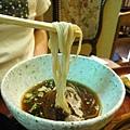 將蔥花、芥末、醬汁加入碗中,用蕎麥麵沾冷醬汁食用