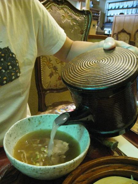 將煮麵水加入剩下的醬汁,就是一碗好喝的熱湯,怕鹹的人可以自行調整濃淡