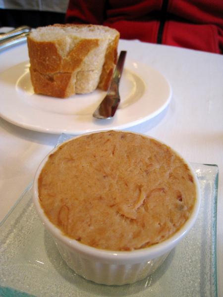 法國麵包佐豬肉泥(pork rillettes),豬肉泥份量給的很大方,滋味也很棒