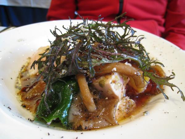 大白的本日推薦前菜:鮮菇雞肉佐半熟水波蛋