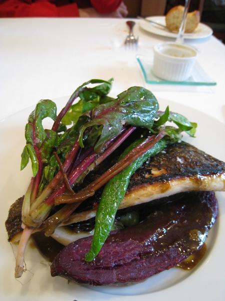 魚肉稍嫌乾了一點,蔬菜非常好吃,尤其是前面這塊紅薯