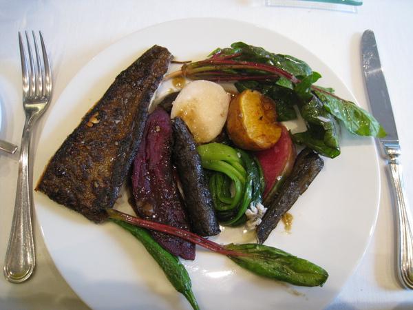 我的主菜全部攤開來長這樣。最左邊的是煎比目魚,配菜有紅薯、蘿蔔葉、青江菜、馬鈴薯、櫻桃蘿蔔、牛蒡、羅勒、青椒等