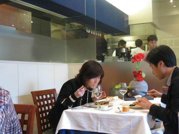 旁邊這桌日本情侶男生西裝筆挺、女生首飾齊全妝容完整,應該是來約會的吧