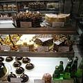 大白吵著想買巧克力蛋糕,在三種之間無法抉擇:上層右二的MT CHOCOLAT、中層右一的MT Noix、下層中間的Jean-Pierre
