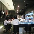 店內有十幾個座位的內用甜點沙龍,師傅親自在桌邊製作精美甜點,氣氛很像高級鐵板燒