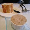法國麵包佐豬肉泥(pork rillettes)。我今天很餓,連吃了四塊法國麵包(照片中是兩塊)