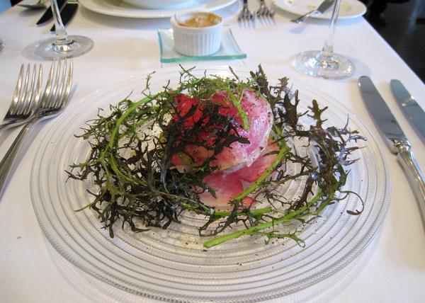 我的前菜:馬郁蘭蟹肉里芋葡萄柚凍沙拉,兩片紅心蘿蔔之間夾著蟹肉、里芋丁和粒狀的葡萄柚凝凍(gelée),旁邊的葉子應該就是馬郁蘭吧?