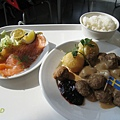 因為沒有很餓,兩人合點了一碗白飯、一盤檸檬燻鮭魚沙拉、一份十五顆的瑞典肉丸