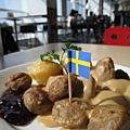 瑞典肉丸佐馬鈴薯泥和蔓越莓醬,口味不錯,可惜只有微溫,要是再熱一點應該會更好