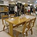 大白看上這個堅固實用的木製餐桌,椅子可旋轉,桌緣弧度也適合用來當電腦桌,敲鍵盤手腕不會痛。希望放在我家不會有賣場裡的俗氣感。