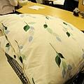 另外買了窗簾,以及和窗簾花色搭配的靠墊和床罩組,一大箱宅配費只要500日圓