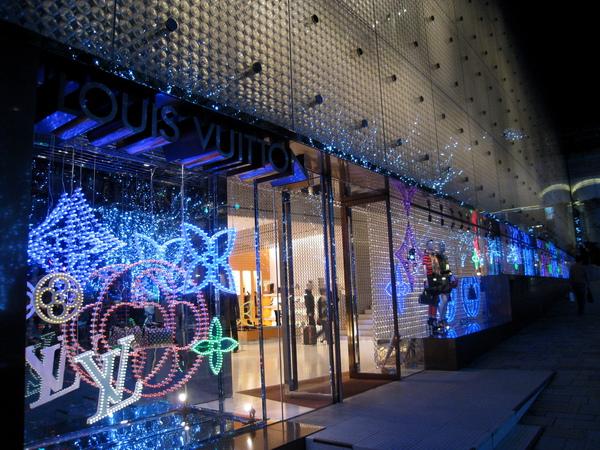 配合六本木之丘的燈海,櫸木坂大道上的LV旗艦店櫥窗也很繽紛燦爛