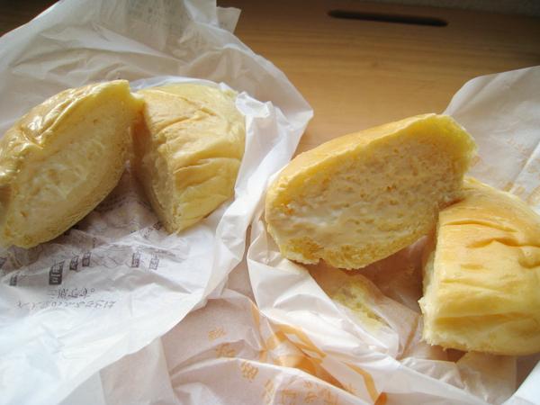 卡士達餡和鮮奶油餡,切開來根本分不出誰是誰。我和大白兩種口味分別吃一半