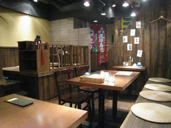 麻布十番商店街上的「沖縄台所 しびらんか」,原名「a Cave」,午間定食的各式石鍋拌飯很合我家口味