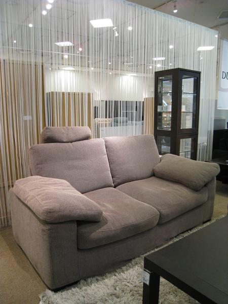 在業務親切介紹下逛了數十組寬度180公分的雙人沙發後,這是最符合我家需求的兩組之一