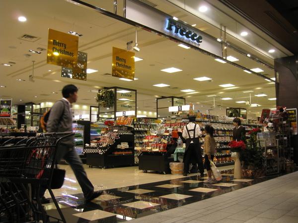 買完沙發,從新宿回六本木Tokyo Midtown覓食,B1的Preece超市已經掛上聖誕裝飾