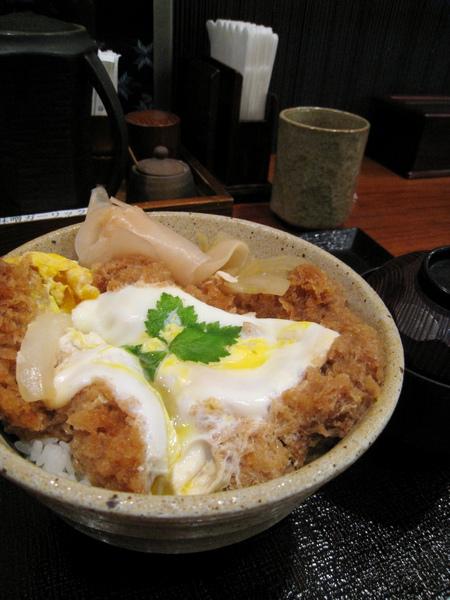蛋很老,豬排麵皮軟爛用筷子一夾就散,內層的肉卻有點咬不斷,老實說我很失望