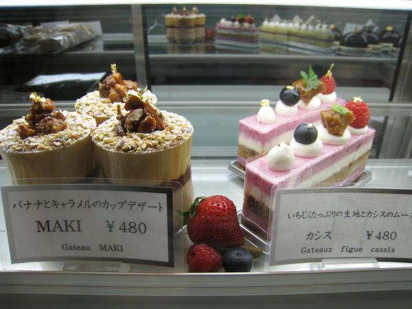 晚餐後逛去鍇塚俊彥Toshi Yoroizuka爲大白買外帶甜點,展示櫃裡剩下的甜點不多,隨便選了Maki和Cassis兩種