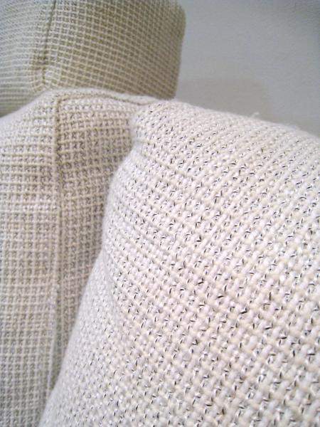 沙發布料不是純白的,而是白底帶灰黑點的格子狀,沒那麼容易髒