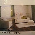 這組在型錄上是米白色的。爲了讓小空間比較沒有壓迫感,我們考慮選淺色沙發