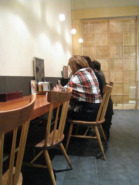 我們每次都被安排在面對牆壁靠角落的長條型餐台,是有這麼見不得人嗎