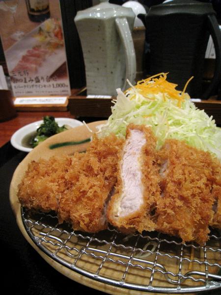 不知道是在日本住了兩年還是年紀大了口味改變,這回覺得炸豬排口感很香嫩,恰到好處