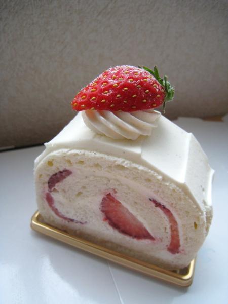 11/13之一:草莓鮮奶油瑞士捲,至今吃過最失望的一品,鮮奶油膩口,蛋糕體也不柔軟