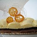 11/15,香橙巧克力蛋糕(VALENCIA)750円,由上至下分別是鑲嵌金桔片的糖飾、柳橙慕斯、酒味巧克力蛋糕、牛奶巧克力慕斯、杏仁蛋白蛋糕體,好吃,但沒好吃到會想再買一次