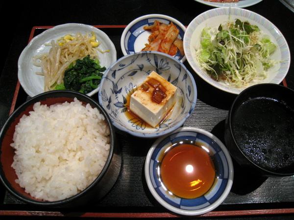 燒肉定食除了燒肉,還有豆腐、韓式小菜(豆芽和青江菜)、韓式泡菜、和風醬高麗菜絲沙拉、味噌湯、白飯
