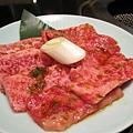 一份燒肉有七、八片,大白點的是略厚的カルビ,牛肋骨附近的肉