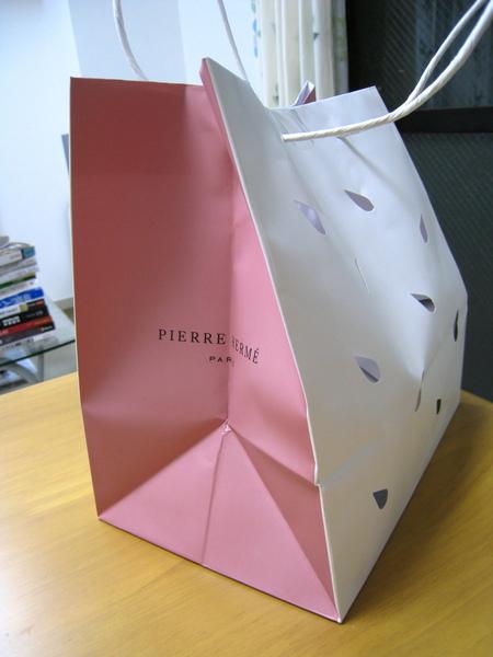 Pierre Hermé青山店精緻的粉紅/白色手提袋