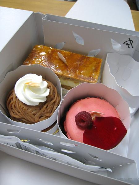 盒內以多層紙板和貼紙固定,確保蛋糕不會在提回家路上碰撞變形