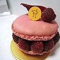 Pierre Hermé經典的Ispahan,840円,草莓口味馬卡龍中間夾著玫瑰奶油、荔枝果肉和覆盆莓。一人吃一半,意猶未盡