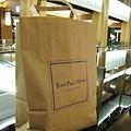 外帶用的紙袋,以Tokyo Midtown為背景拍一張假掰照