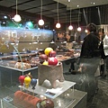 櫥窗裡那幾個是2009年的聖誕蛋糕,紅黃藍的氣球造球童趣十足