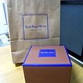 咖啡底藍邊的可愛小盒子有巧克力專賣店的味道