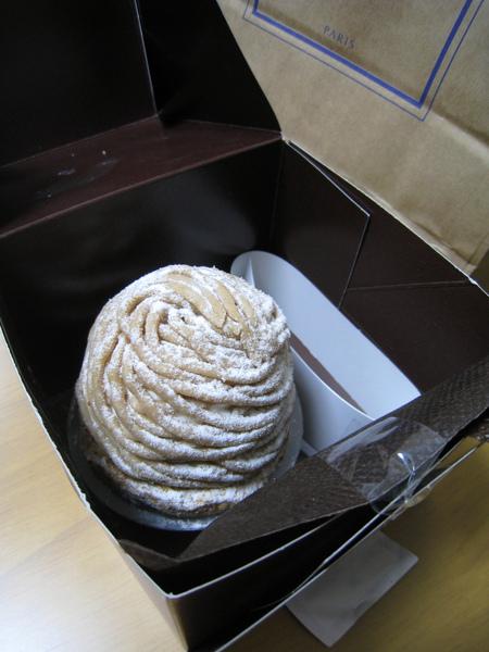 盒子裡只有一個小小的蒙布朗,看起來好寂寞,早知道就多買幾種陪它