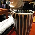 熱茶和熱毛巾,晃動的人影是正在上菜的女服務生