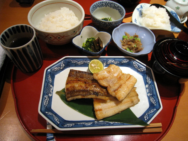 「穴子の天日干し焼き」定食,穴子就是星鰻,一般而言味道比鰻魚清淡些