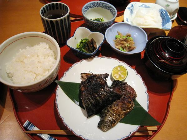 「秋さば塩焼き」定食,別看它黑漆漆的賣相不佳,可好吃的咧