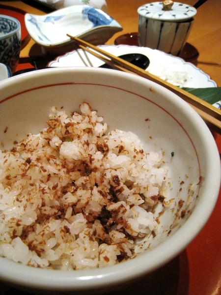 柴魚末很下飯,吃起來很像吃魚鬆拌飯