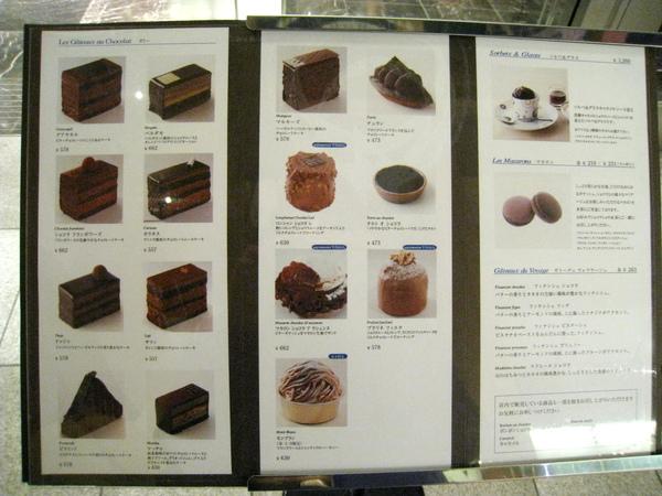除了外帶,店內右側也有甜點沙龍,門口就有蛋糕飲料menu