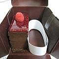 外帶盒裡的覆盆莓巧克力蛋糕,用厚紙板和膠帶固定的很牢