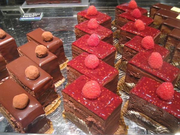 店員說覆盆莓蛋糕和旁邊這款榛果巧克力蛋糕都很暢銷