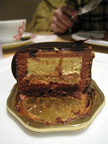 Ambroisie由鏡面巧克力糖漿、黑巧克力慕斯、開心果慕斯、覆盆莓果醬、開心果海綿蛋糕、巧克力杏仁蛋糕體組成,大白挺愛,我沒什麼感覺